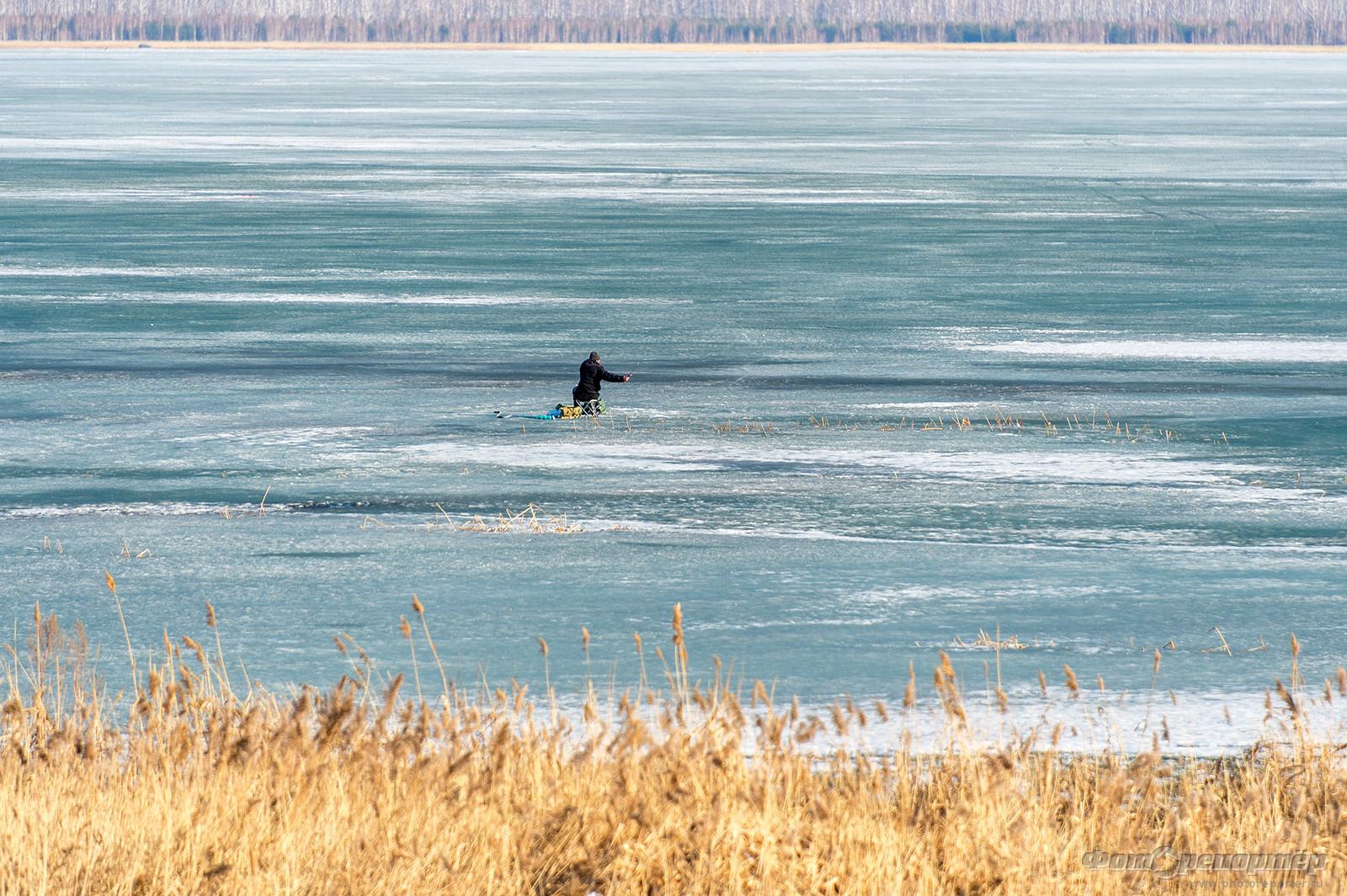 Рыбак на льдине